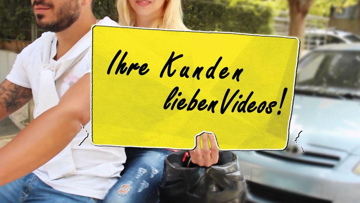 mann und frau auf einem motorrad, hand hält ein gelbes schild mit aufschrift ihre kunden lieben videos im hintergrund ein weißes auto blondine