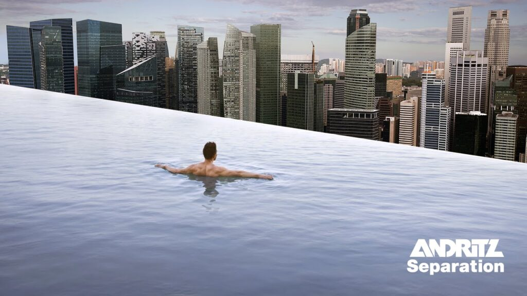 mann im swimming infinity pool mit ausblick auf downtown