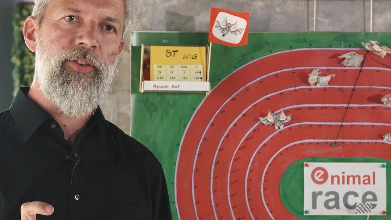 Sam Zibuschka erklärt epunkt recruiting Strategie vor einem Scoreboard